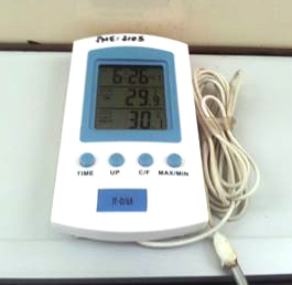 Mesmo colocando o termômetro estrategicamente NA FRENTE do ar-condicionado, ele denunciava os 30 graus!
